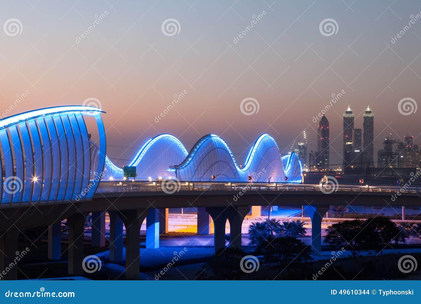 Puente En La Noche, Dubai De Meydan Foto De Archivo