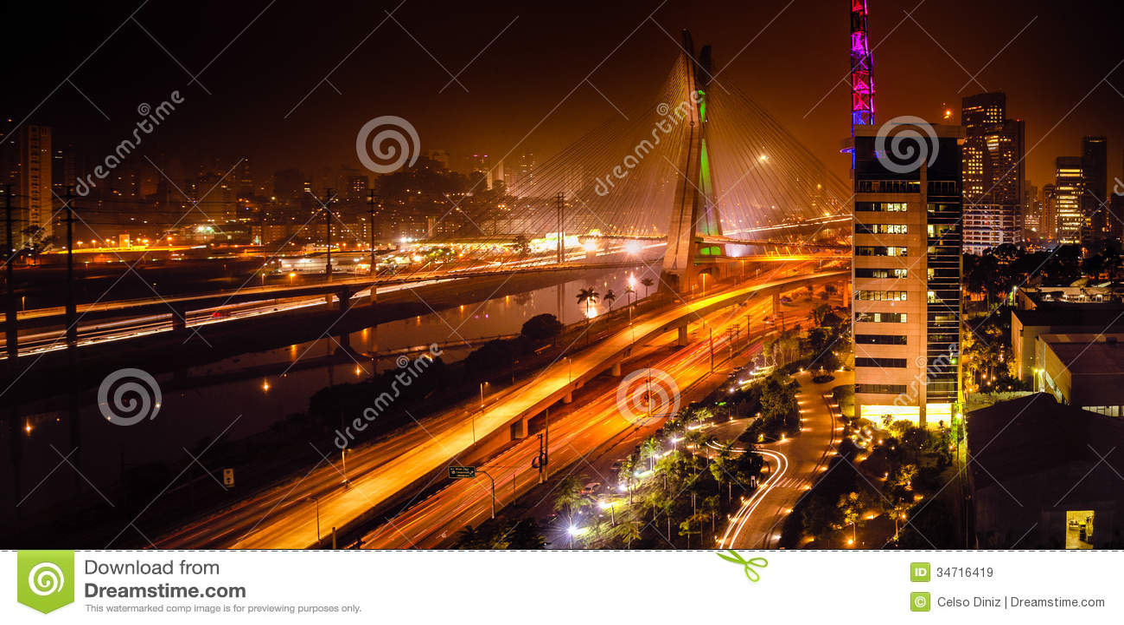 Puente en la noche en Sao Paulo