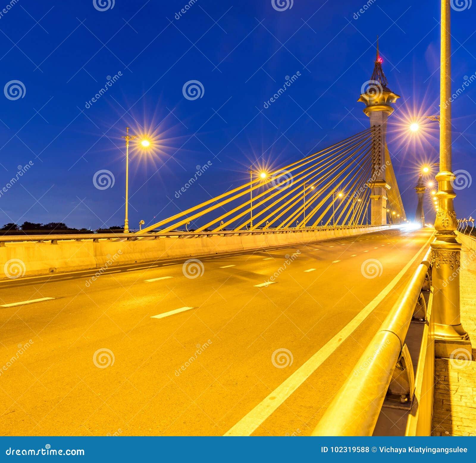 Puente en la puesta del sol de Nonthaburi Tailandia
