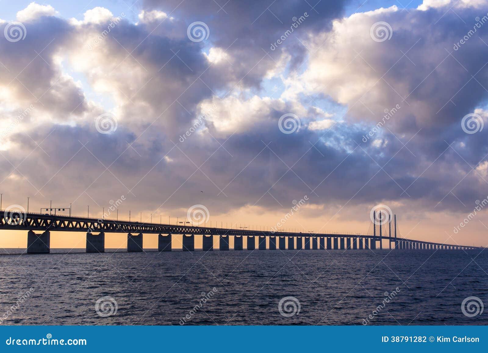 Puente en puesta del sol