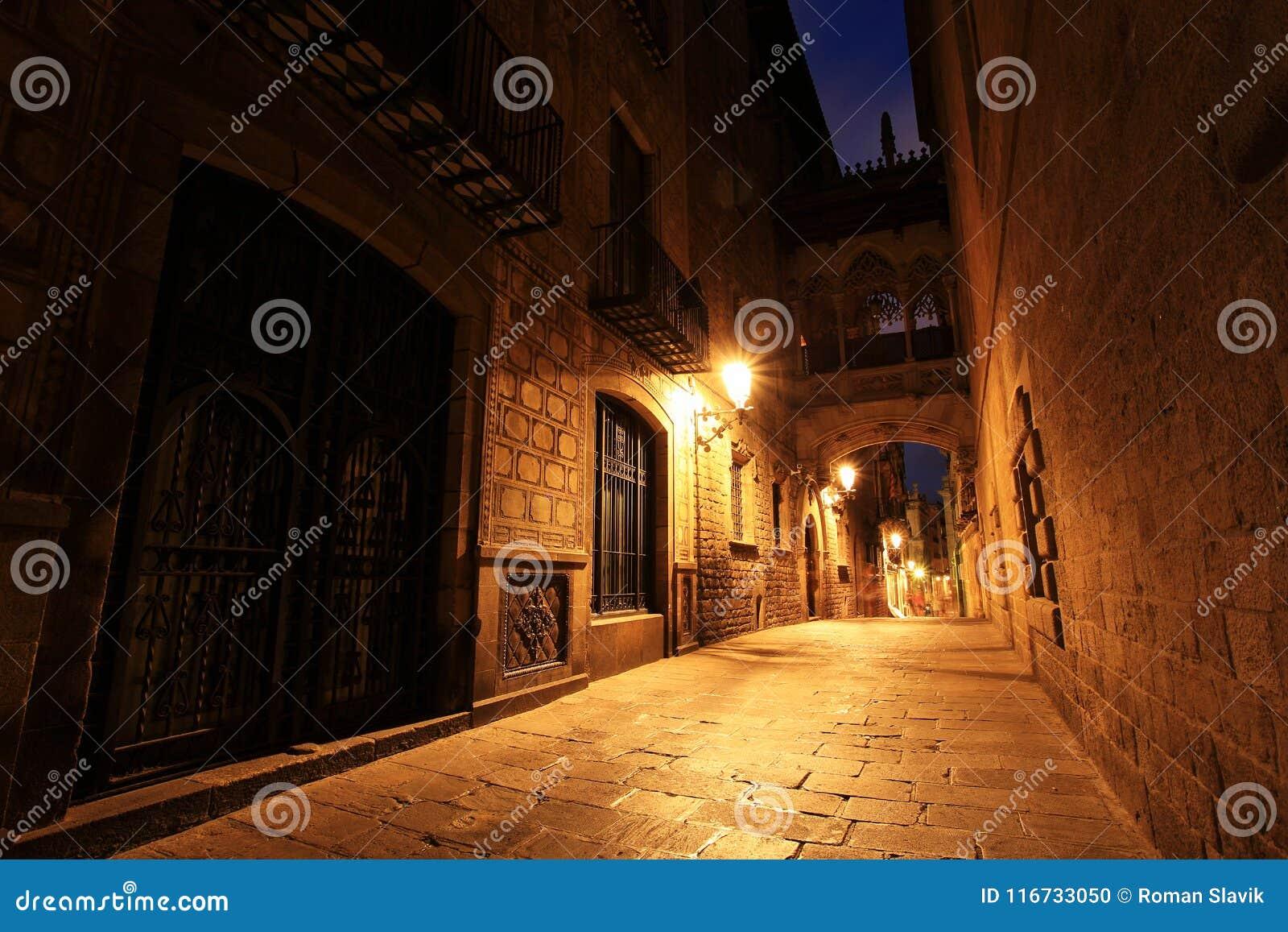 Puente entre los edificios en Barri Gotic Quarter, Barcelona