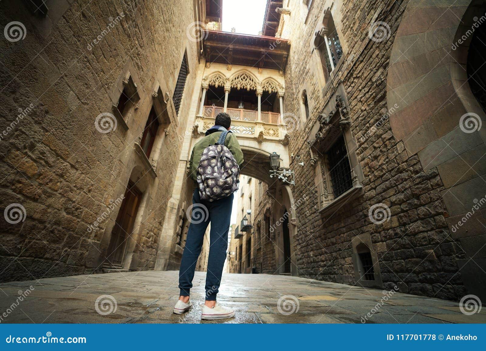 Puente entre los edificios en el cuarto de Barri Gotic de Barcelona