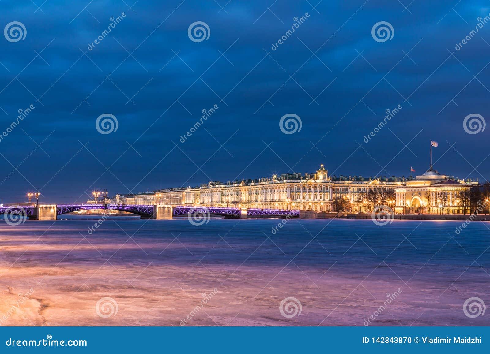 Puente hermoso del palacio en Neva River en St Petersburg en Rusia entre el cuadrado del palacio y la isla de Vasilievsky en invi