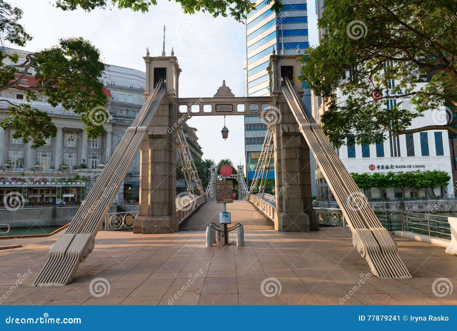 Puente Histórico De Cavenagh, Atravesando El Río De Singapur Cerca De Raff Foto editorial