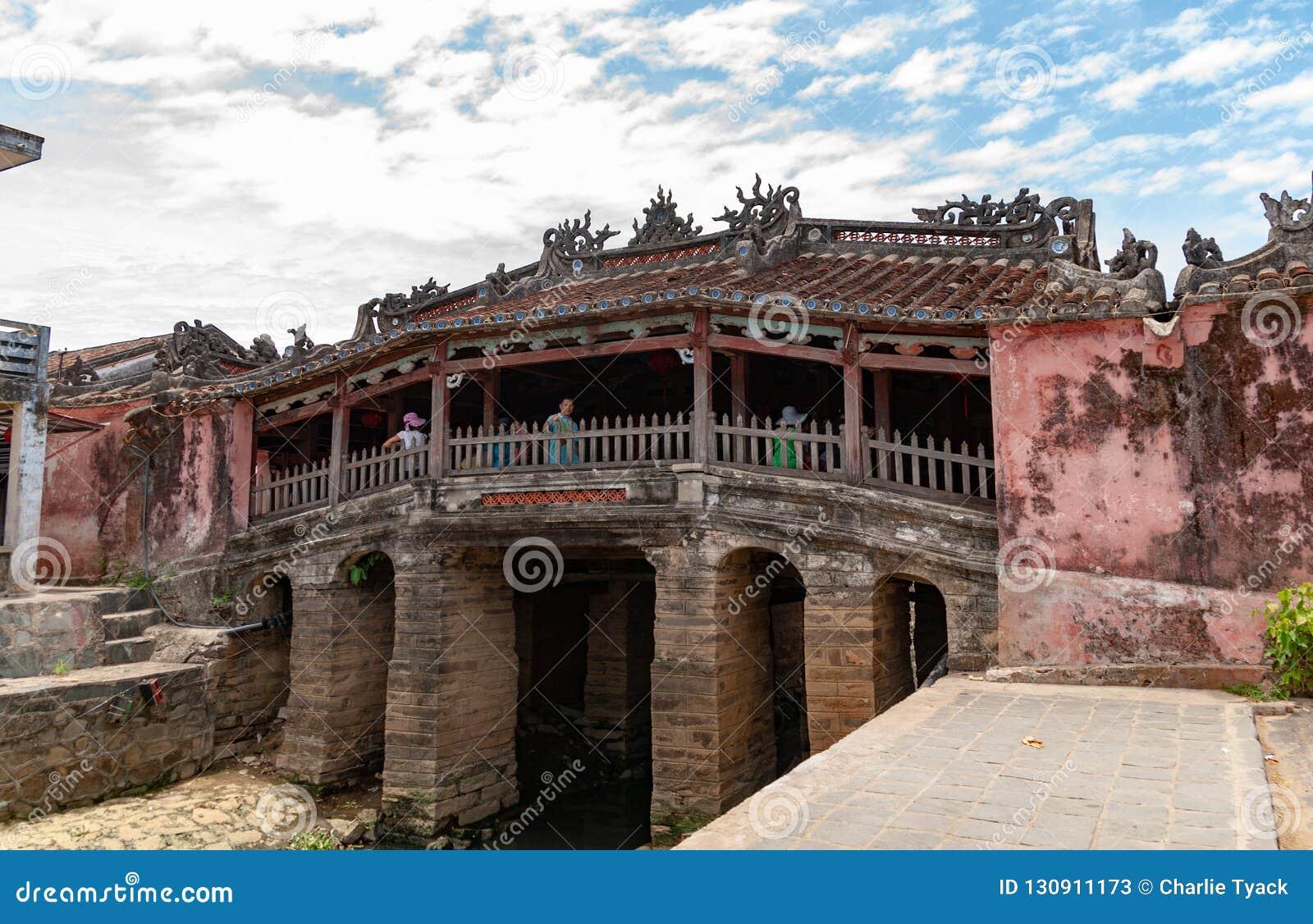 Puente japonés en Hoi An, Vietnam, con la gente caminando a través de él en el d3ia