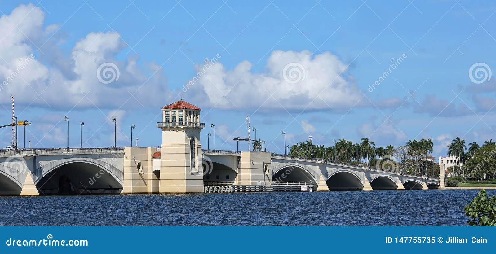 Puente levadizo en Palm Beach, la Florida