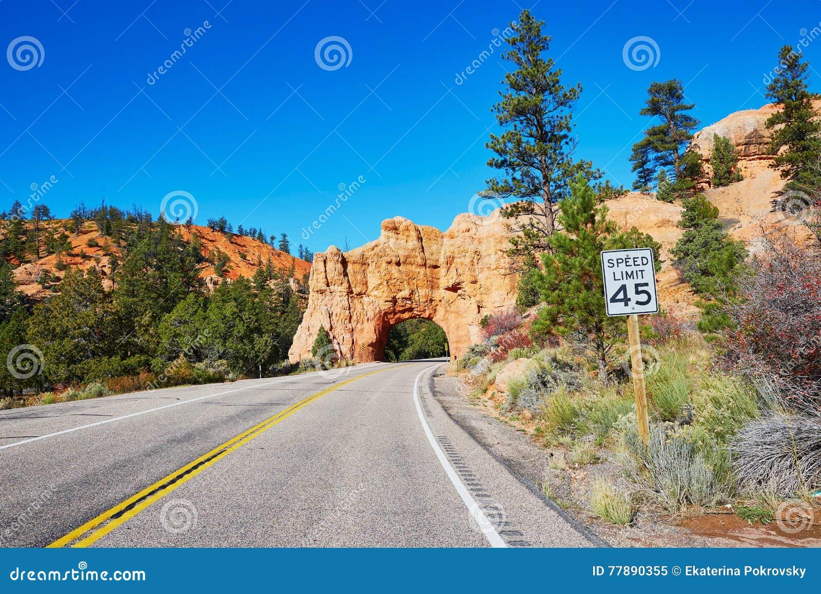 Puente Natural De La Piedra Arenisca Roja En Bryce Canyon National Park En Utah, Los E.E.U.U. Foto de archivo