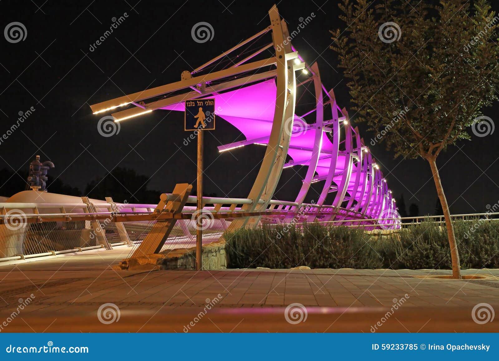 Download Puente Peatonal Moderno Con La Iluminación Imagen editorial - Imagen de pink, peatón: 59233785
