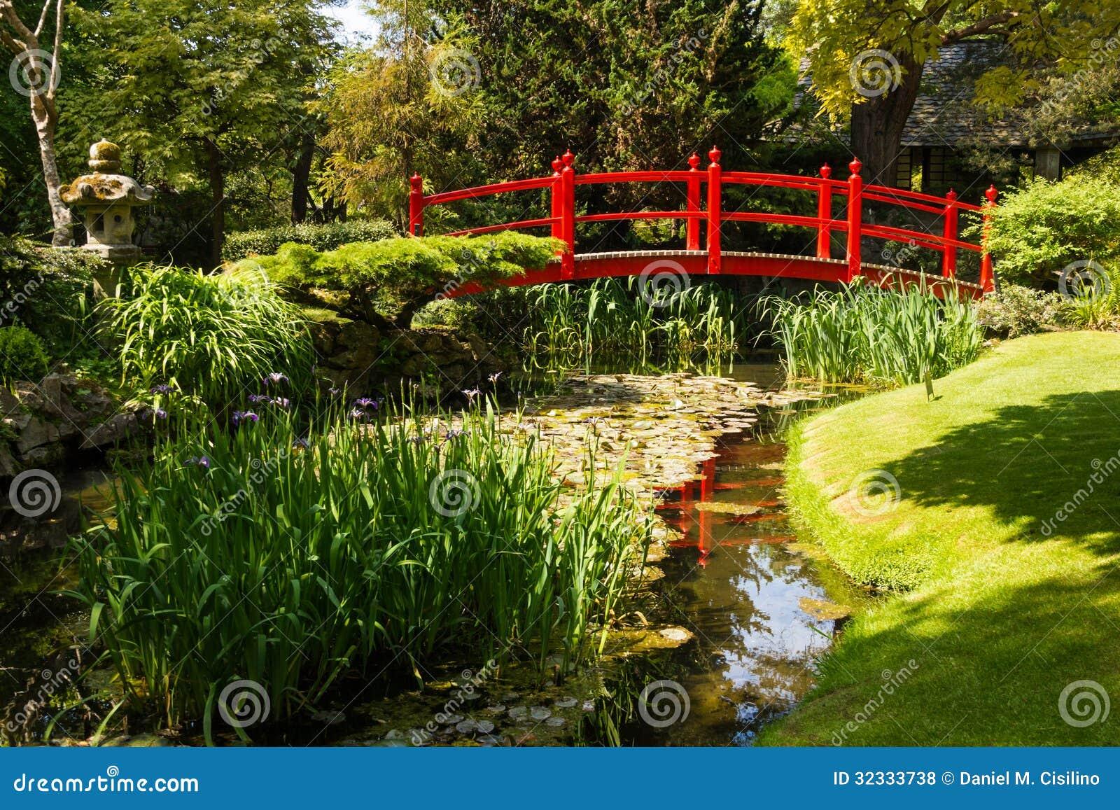 fotos jardins japoneses:puente de madera rojo. El jardín japonés en los jardines japoneses