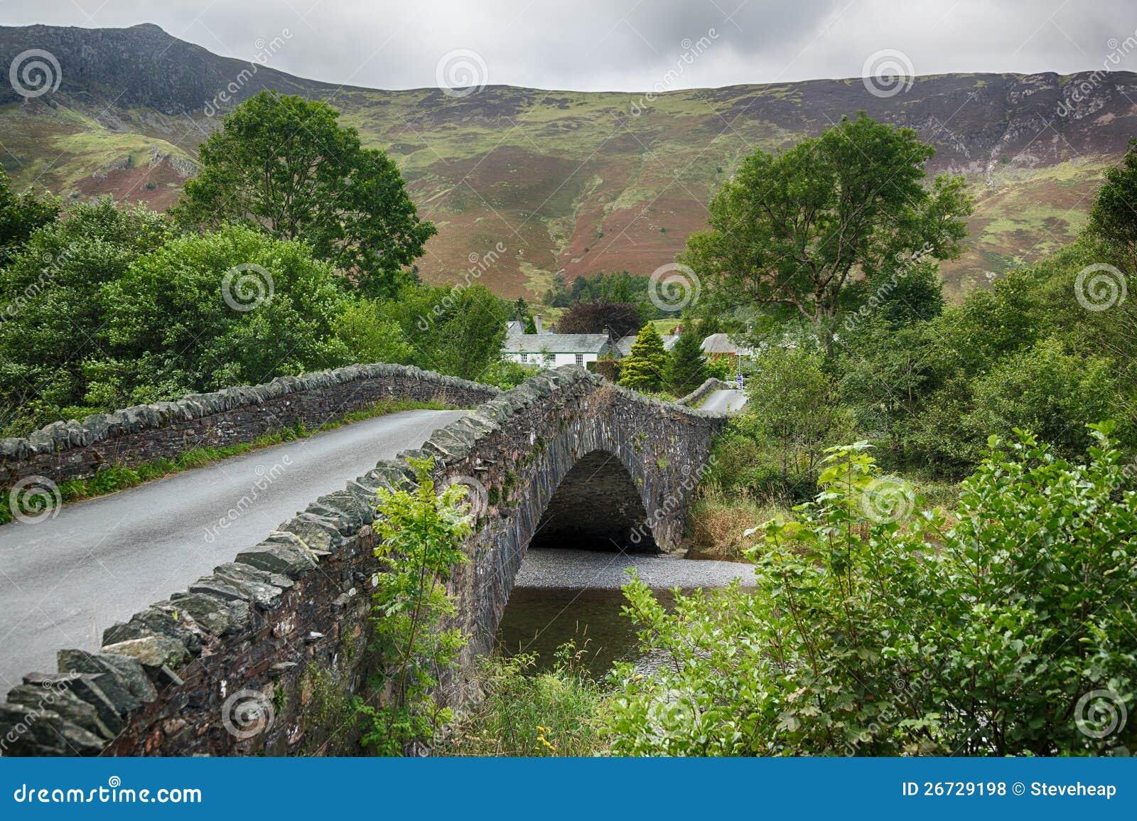Puente sobre el pequeño río en el granero en districto del lago
