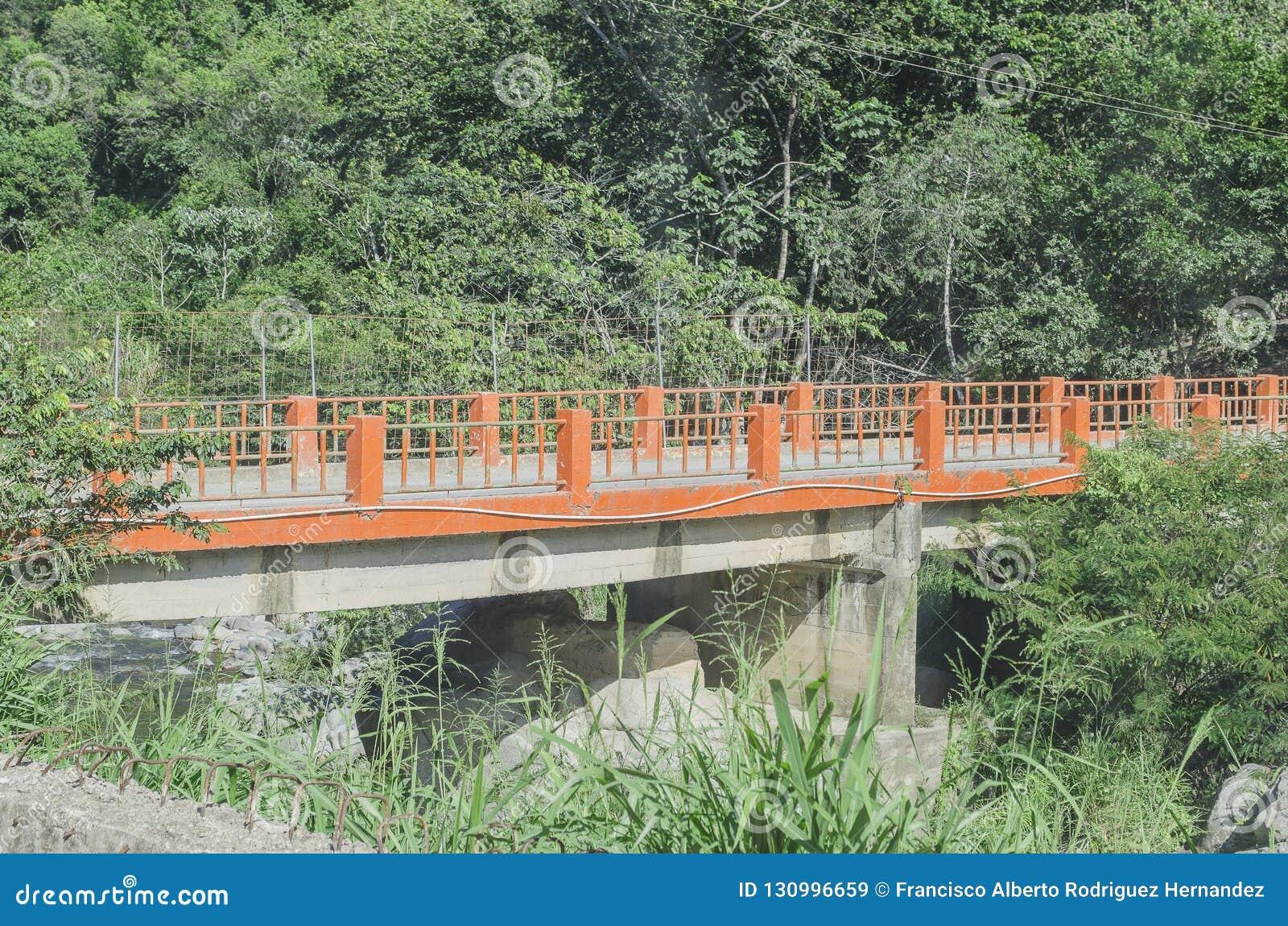 Puente sobre el río de la agua caliente