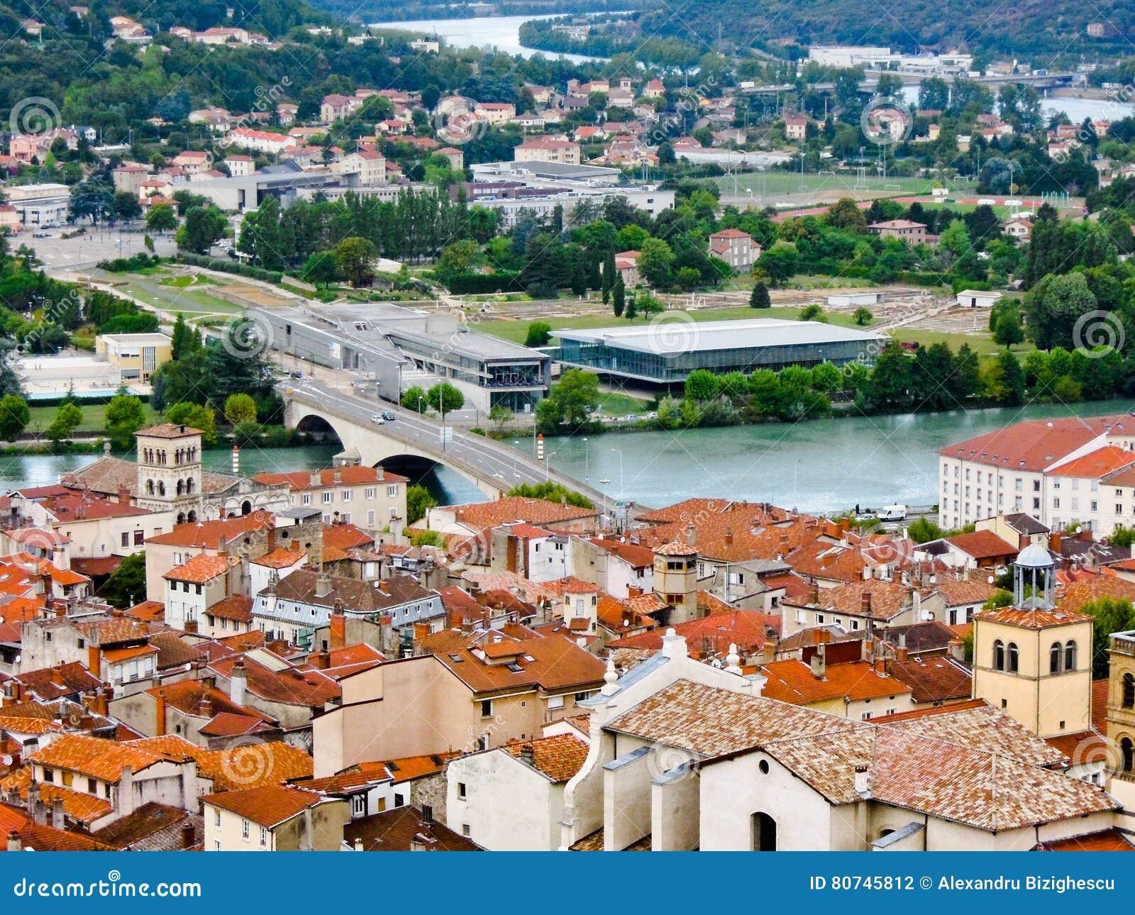 Puente sobre el río Rhone, en Vienne, Francia
