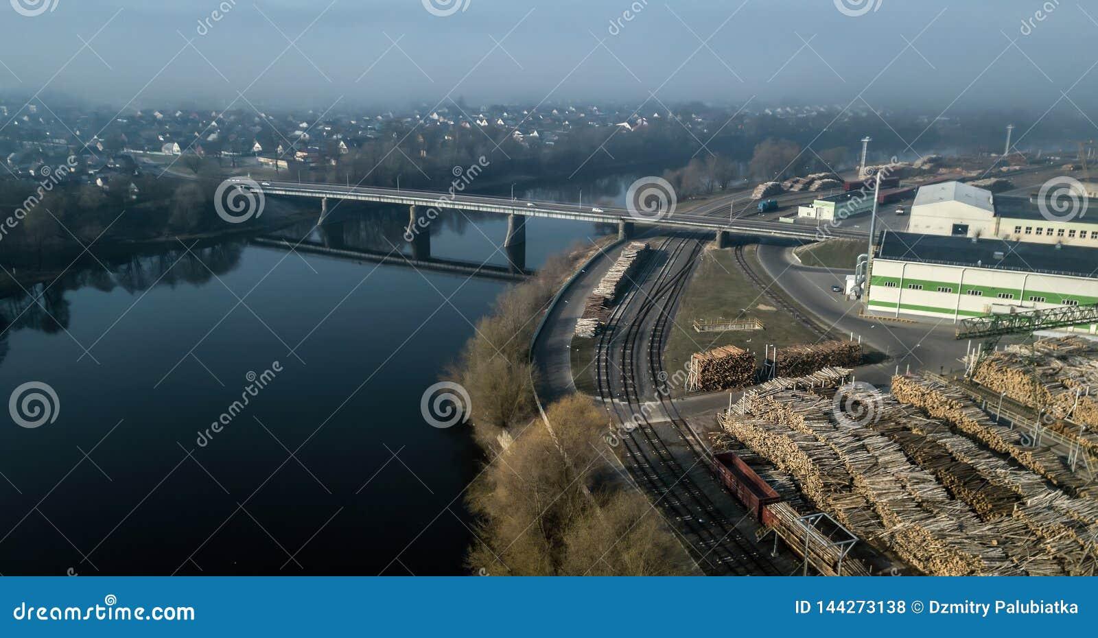 Puente sobre el río, vista de la fábrica y la ciudad del quadcopter