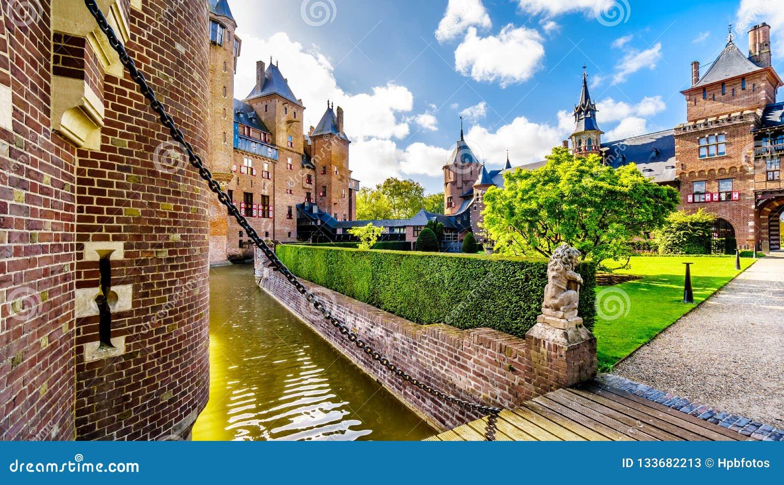 Puente sobre la fosa que rodea a Castle De Haar