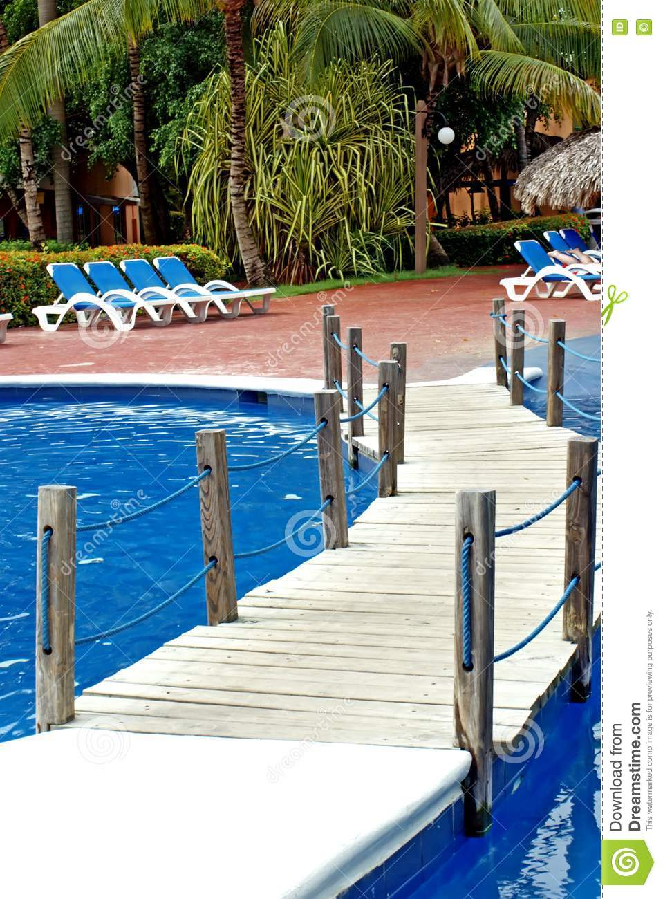 Puente sobre la piscina y las sillas for Fotos en la piscina