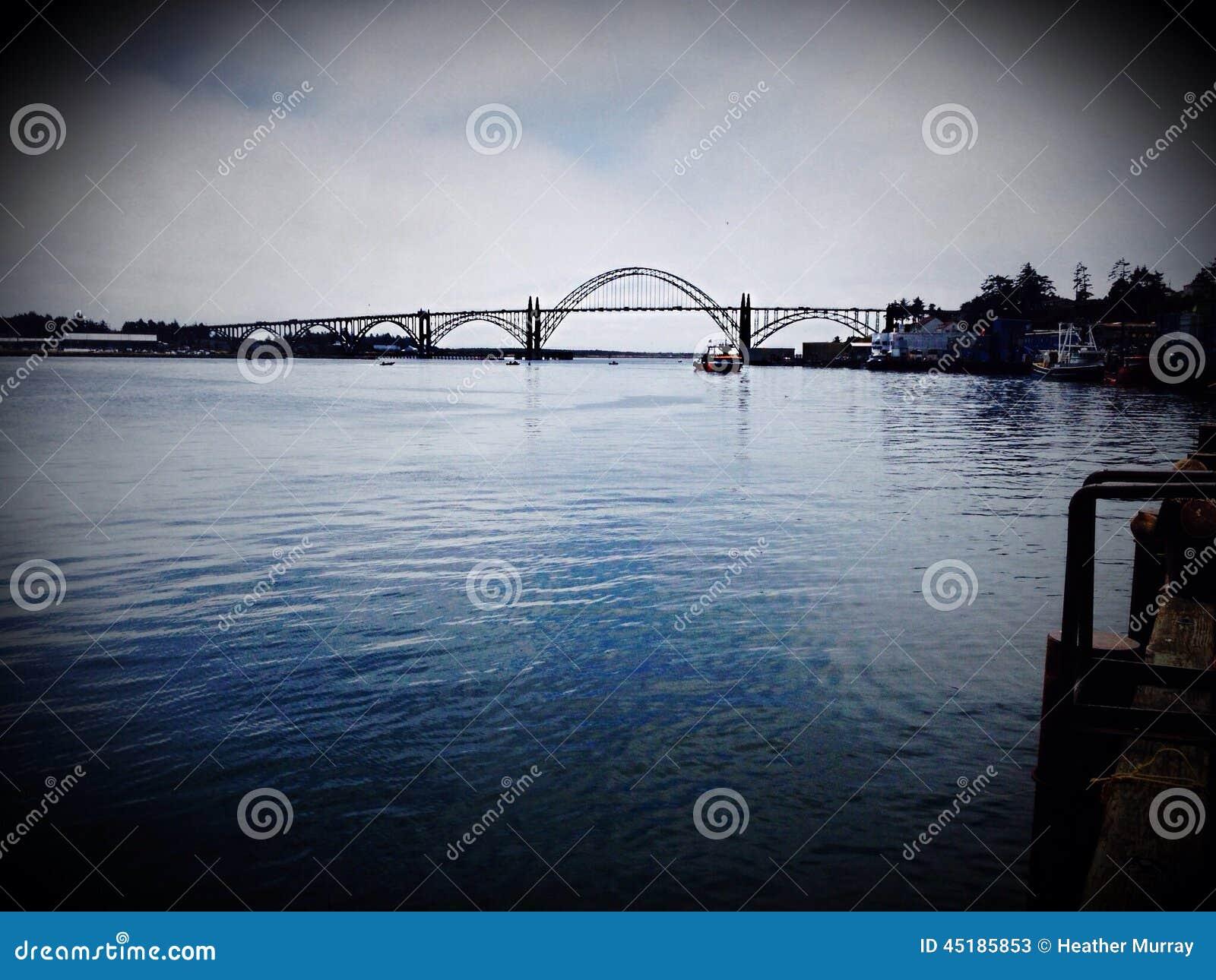 Puente sobre puerto