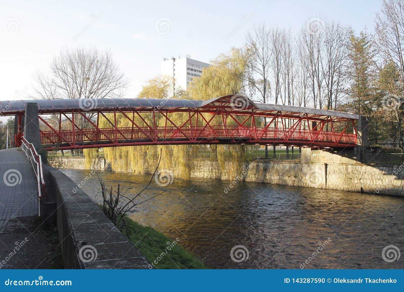 Puente a trav?s del r?o de Hron en Banska Bystrica, Eslovaquia