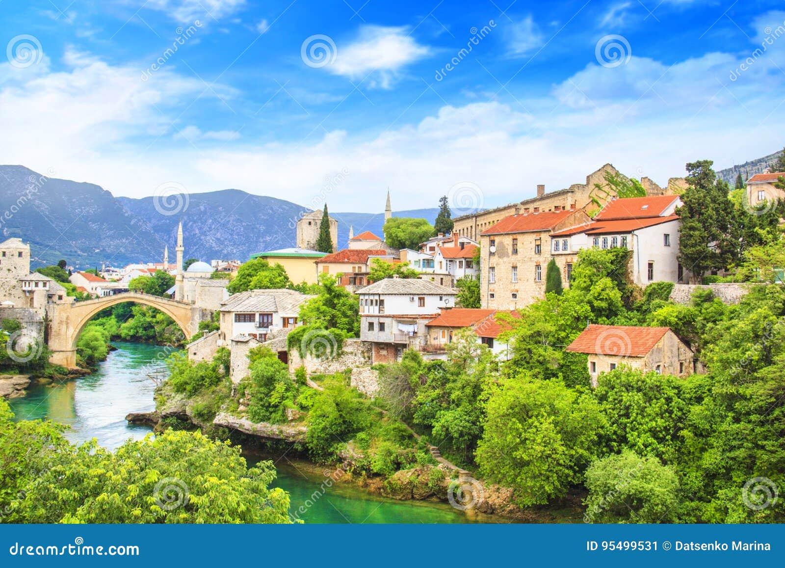 Puente viejo de la hermosa vista en Mostar en el río de Neretva, Bosnia y Herzegovina