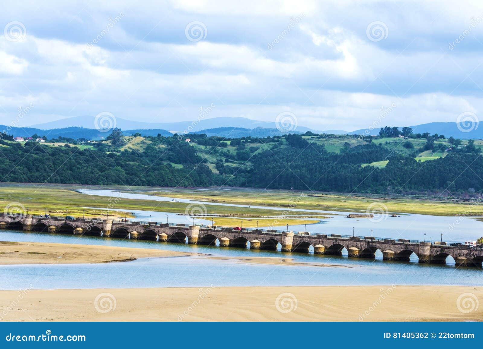 Puente viejo en San Vicente de la Barquera, España