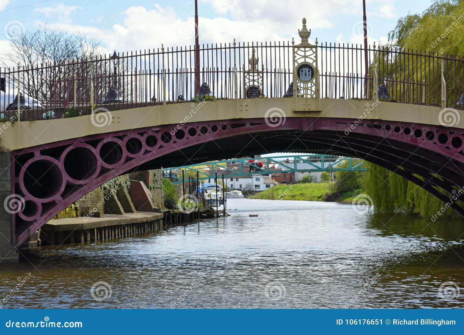 Puente viejo sobre el río Severn en el molino harinero averiado, Tewkesbury, Reino Unido