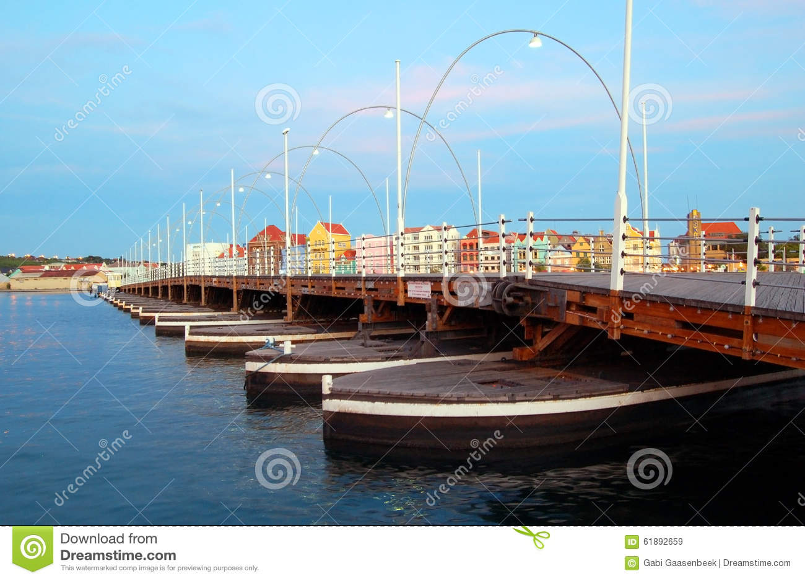 Puente Willemstad de Emma con las casas coloreadas