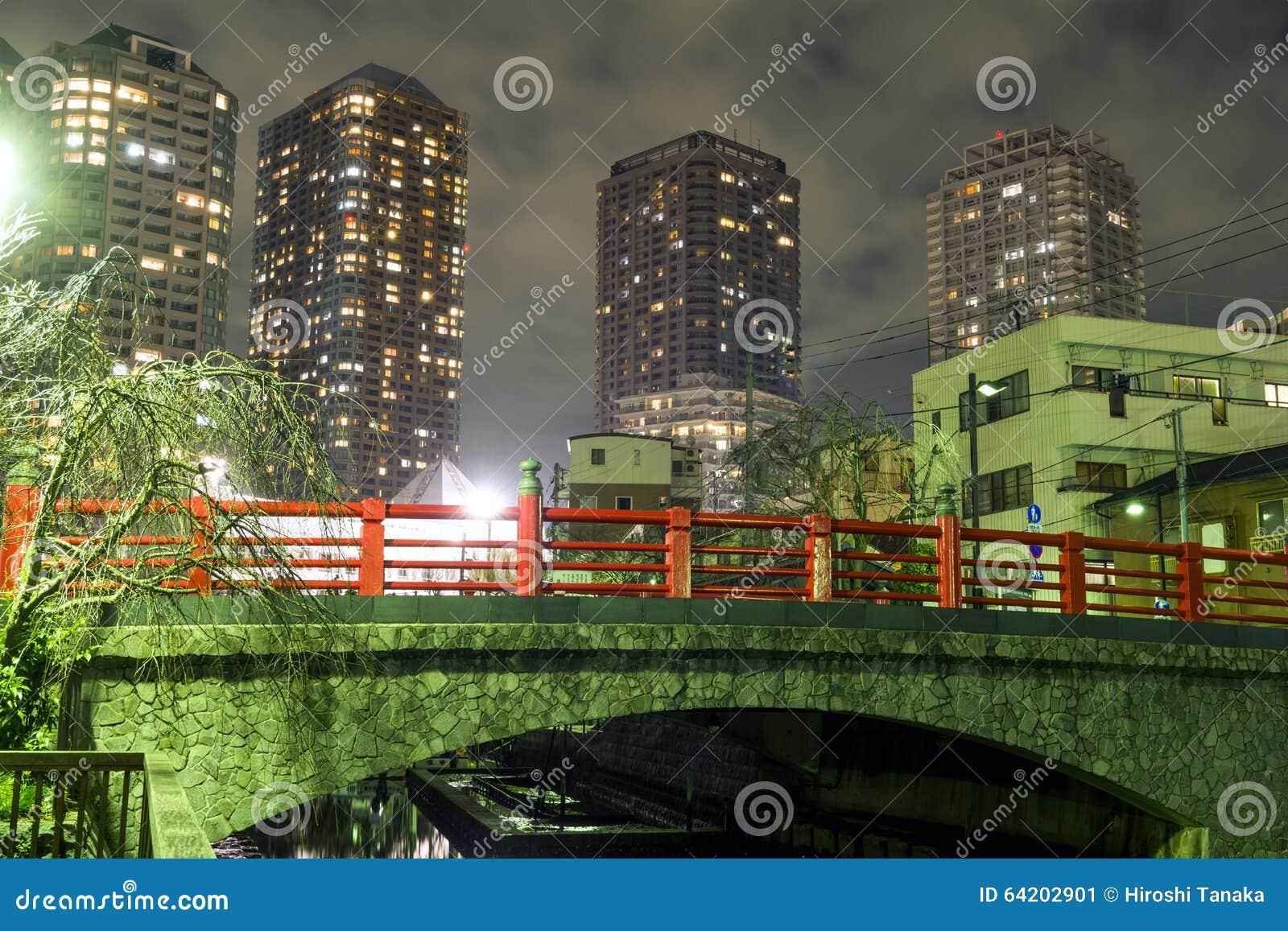 Puente y edificio alto