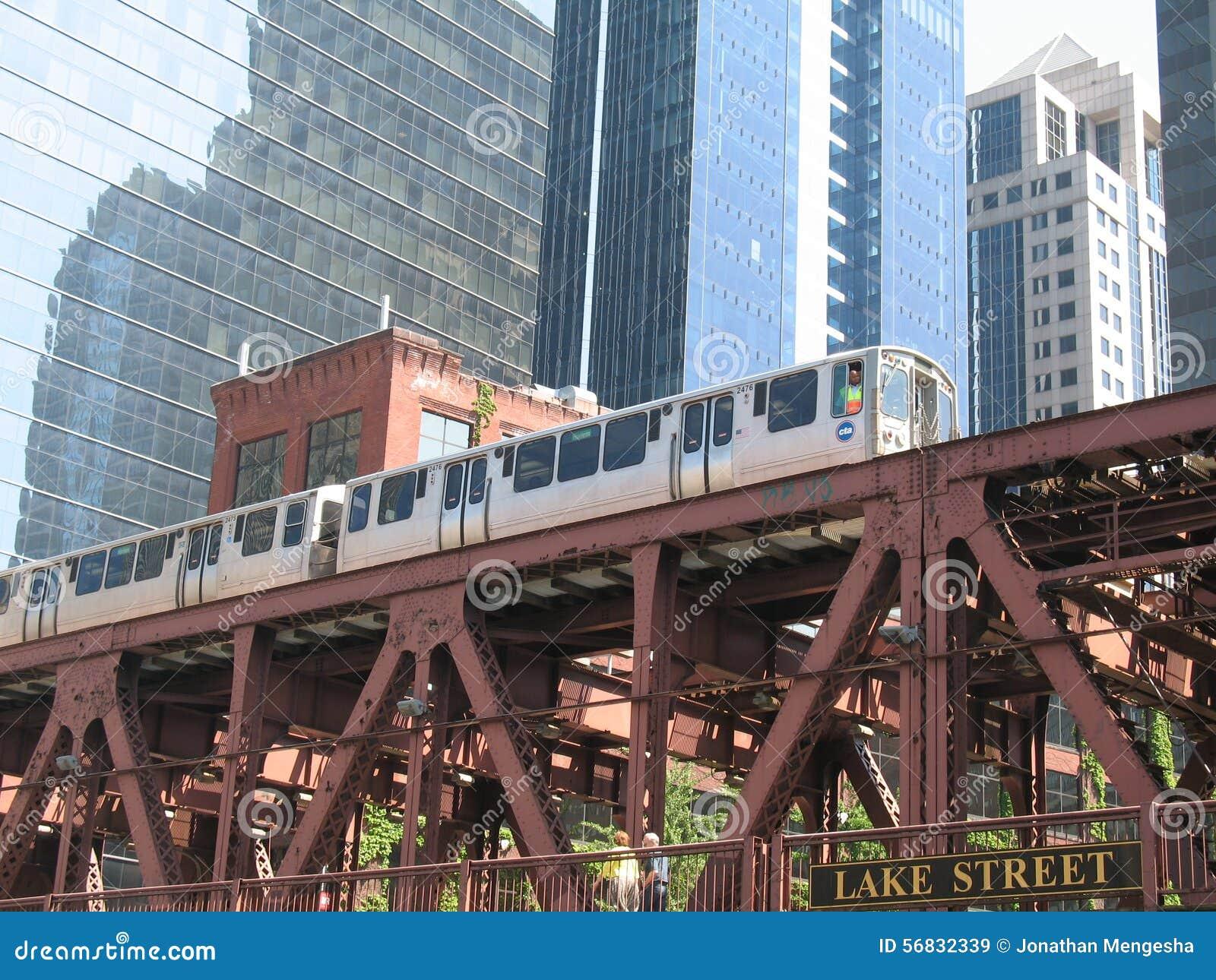 Puente y tren del ferrocarril de Chicago