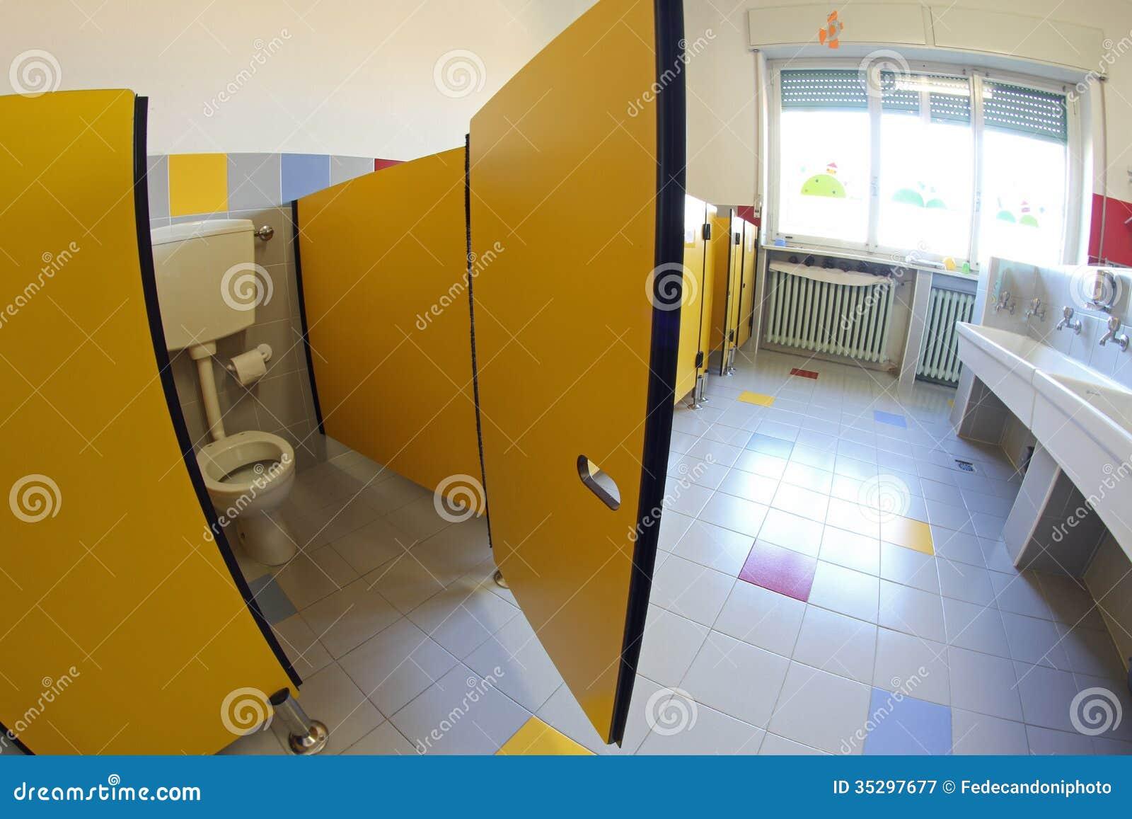 Puerta amarilla en cuartos de ba o con los fregaderos de - Cuartos de bano infantiles ...