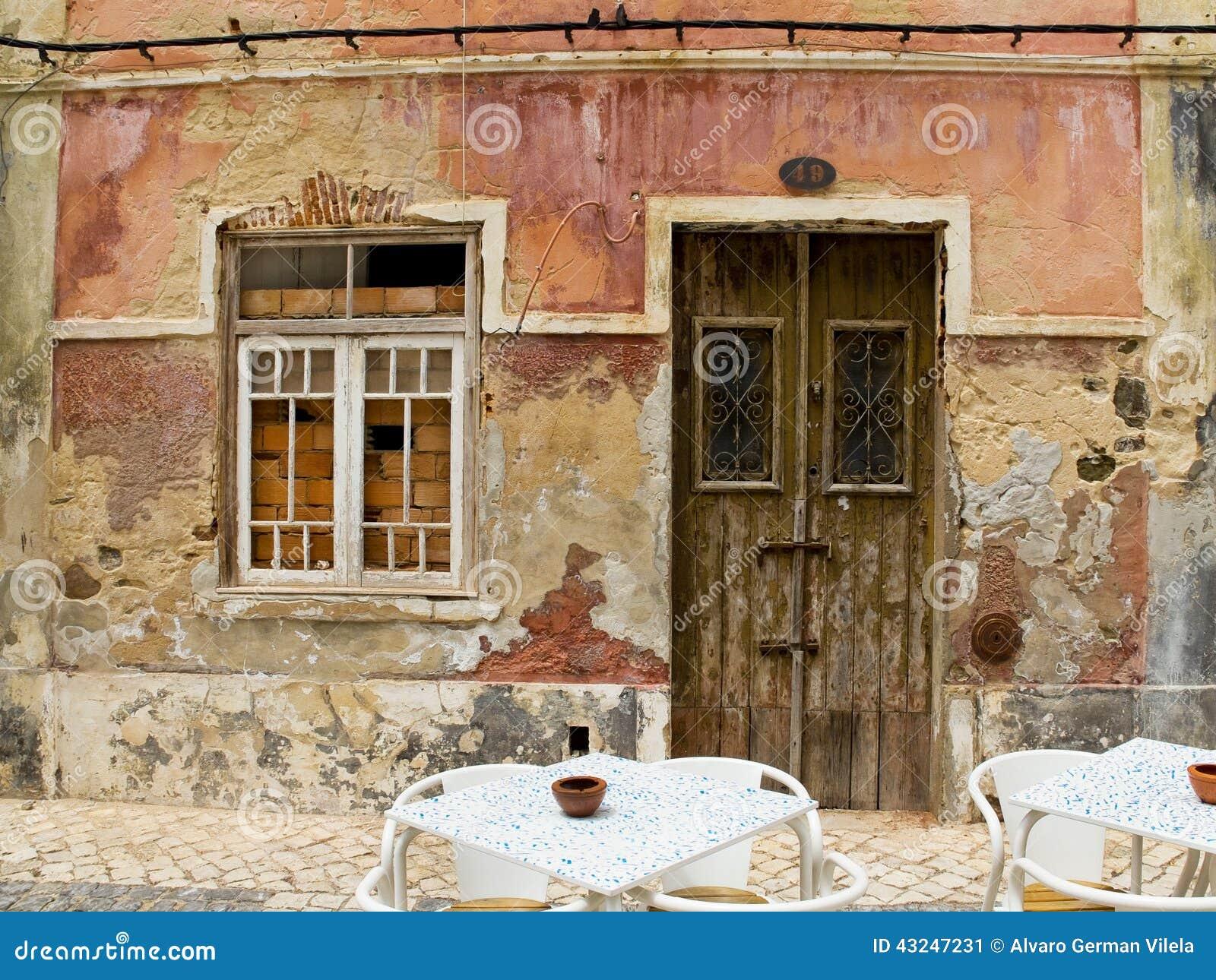 puerta antigua en una casa con textura gastada de la pared
