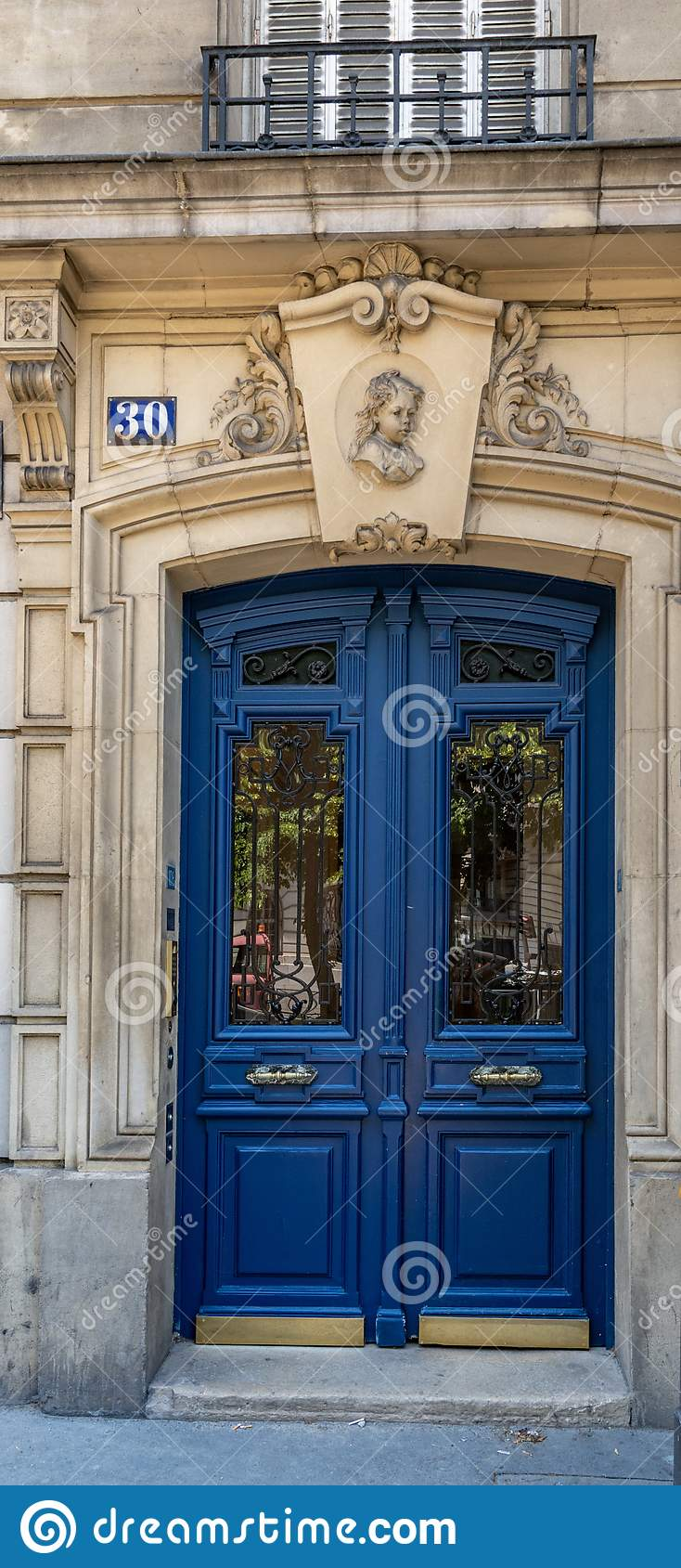 Puerta azul antigua elegante del edificio viejo en París Francia Entrada de madera del vintage y pared de piedra de la greca ador