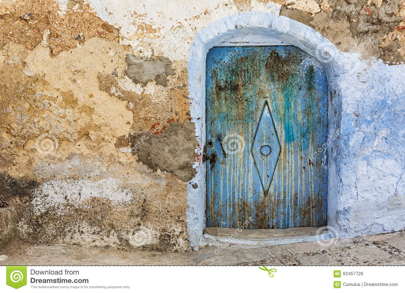 Puerta azul sucia en la pared de piedra foto de archivo for Las puertas de piedra amazon