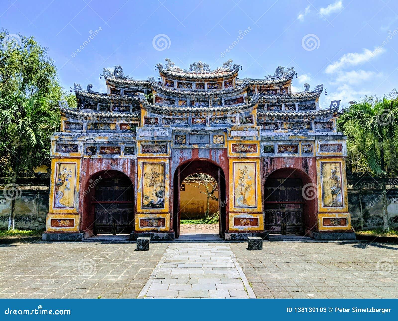 Puerta budista grande en ciudadela en Vietnam