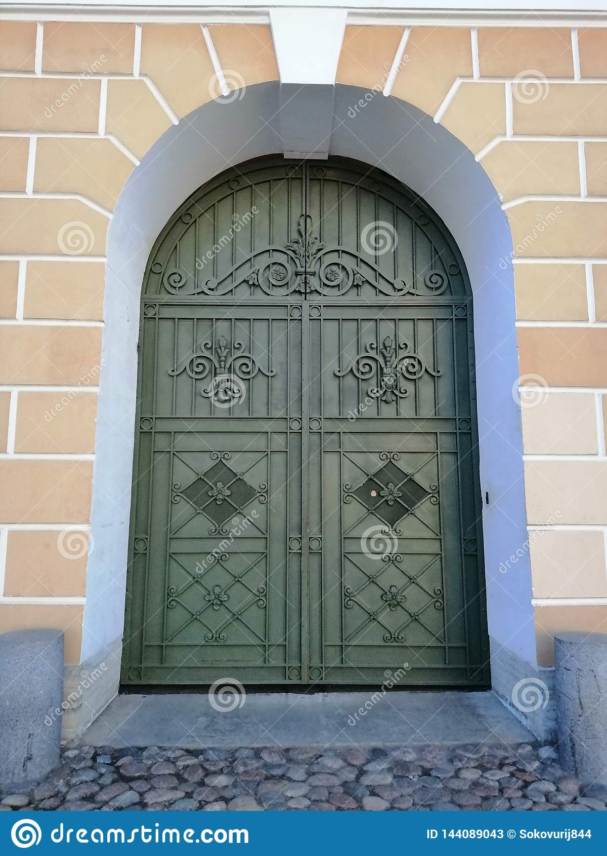 Puerta con los modelos en cuadrado de la catedral