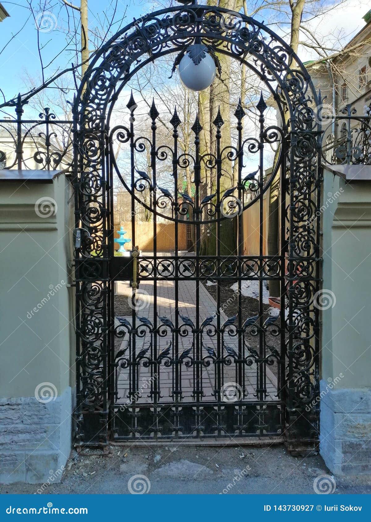 Puerta con un modelo en la entrada a la yarda