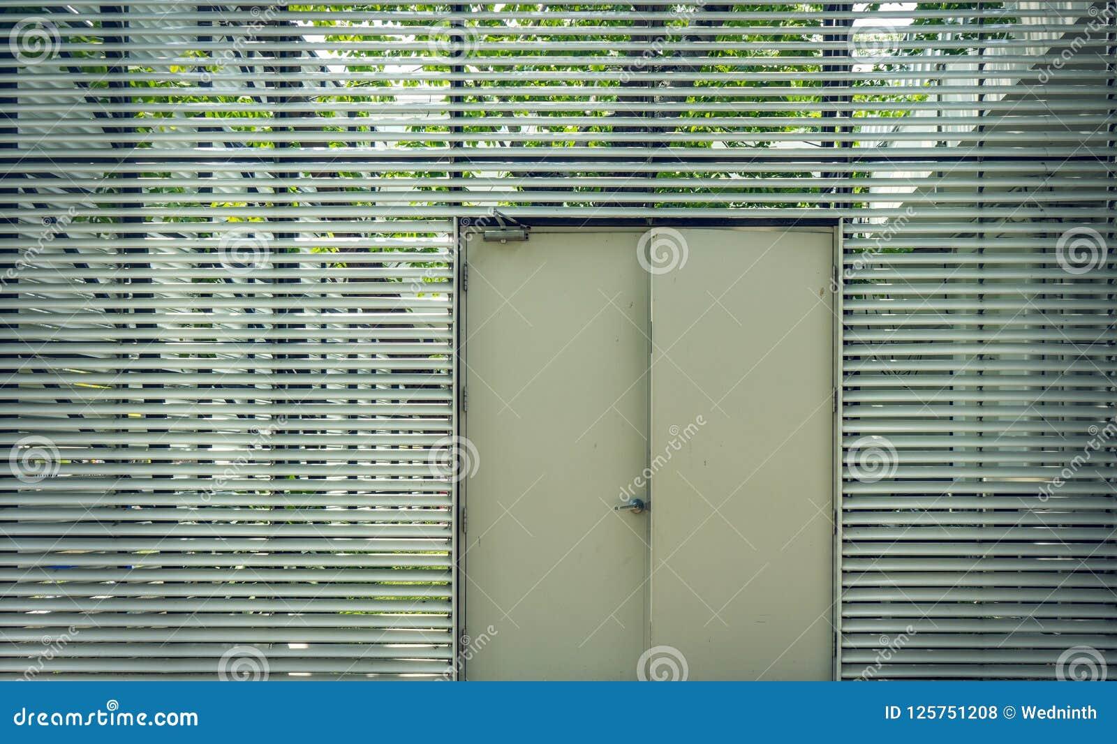 Puerta de acero usada para abrir y para cerrar la casa
