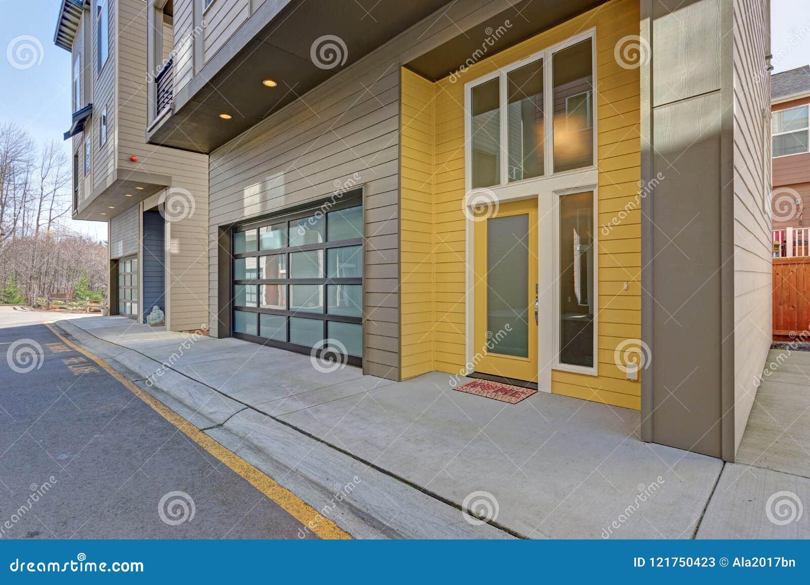 Puerta de entrada amarilla de la construcción de viviendas