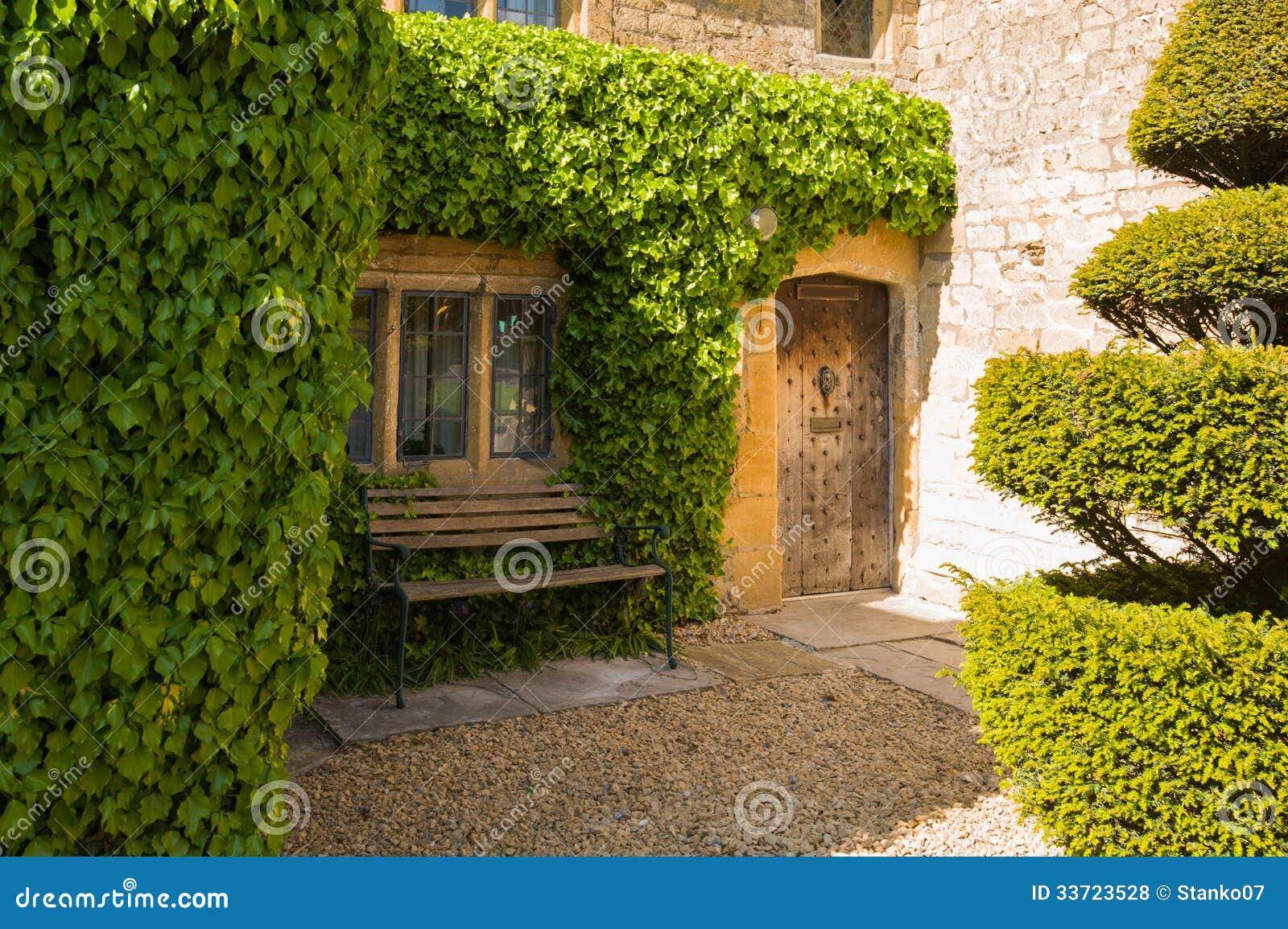 Puerta de entrada de una casa vieja fotos de archivo for Como barnizar una puerta vieja