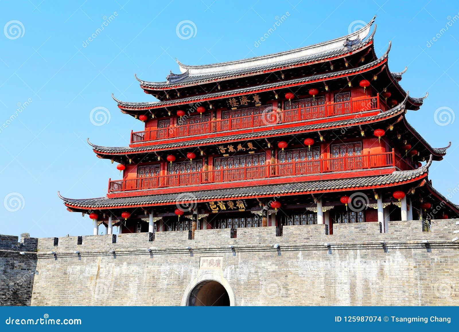 Puerta de Guangji, edificios de la herencia con estilo chino tradicional y características locales
