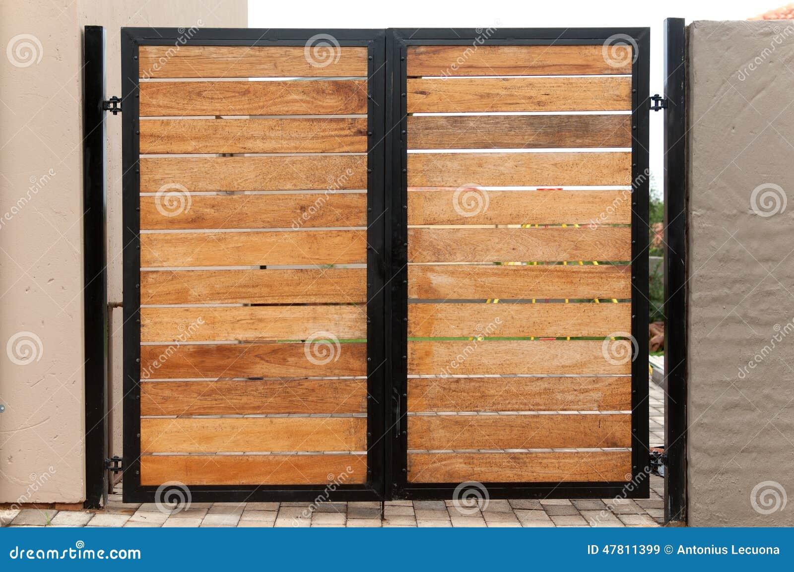 Puerta de jard n hecha de la madera y del hierro foto de - Puertas de hierro para jardin ...