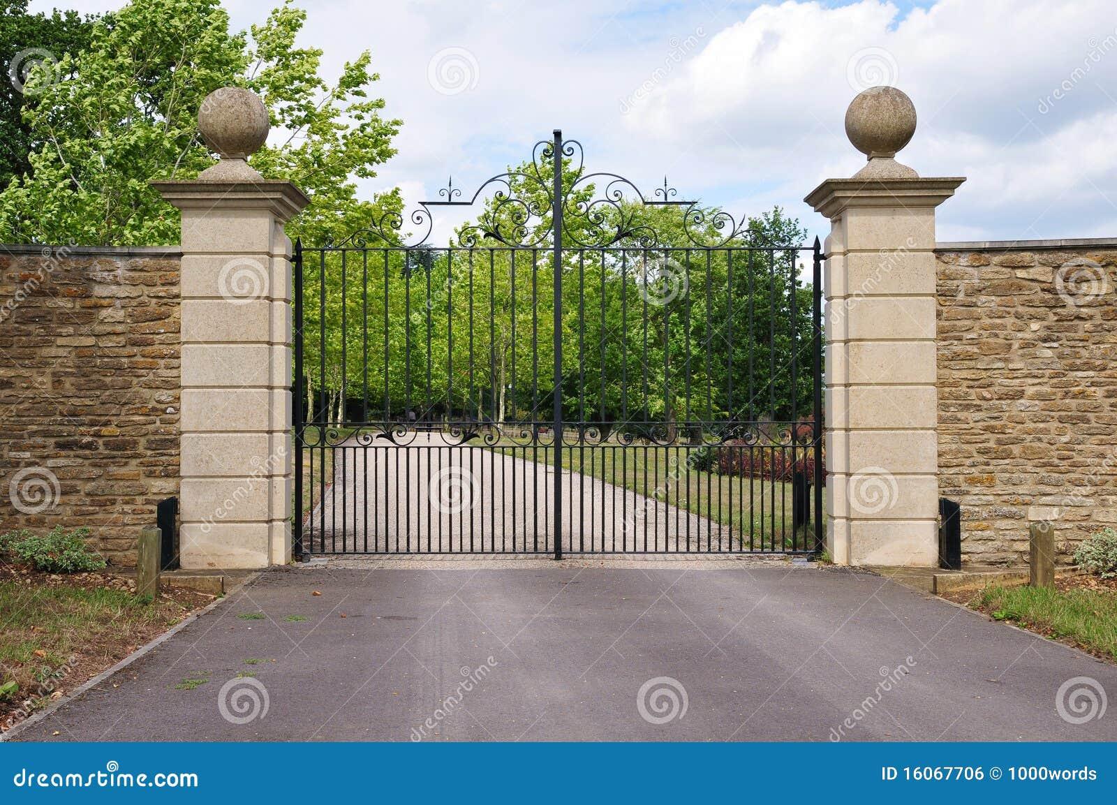 Puerta de la mansi n imagen de archivo libre de regal as for Portail entree propriete
