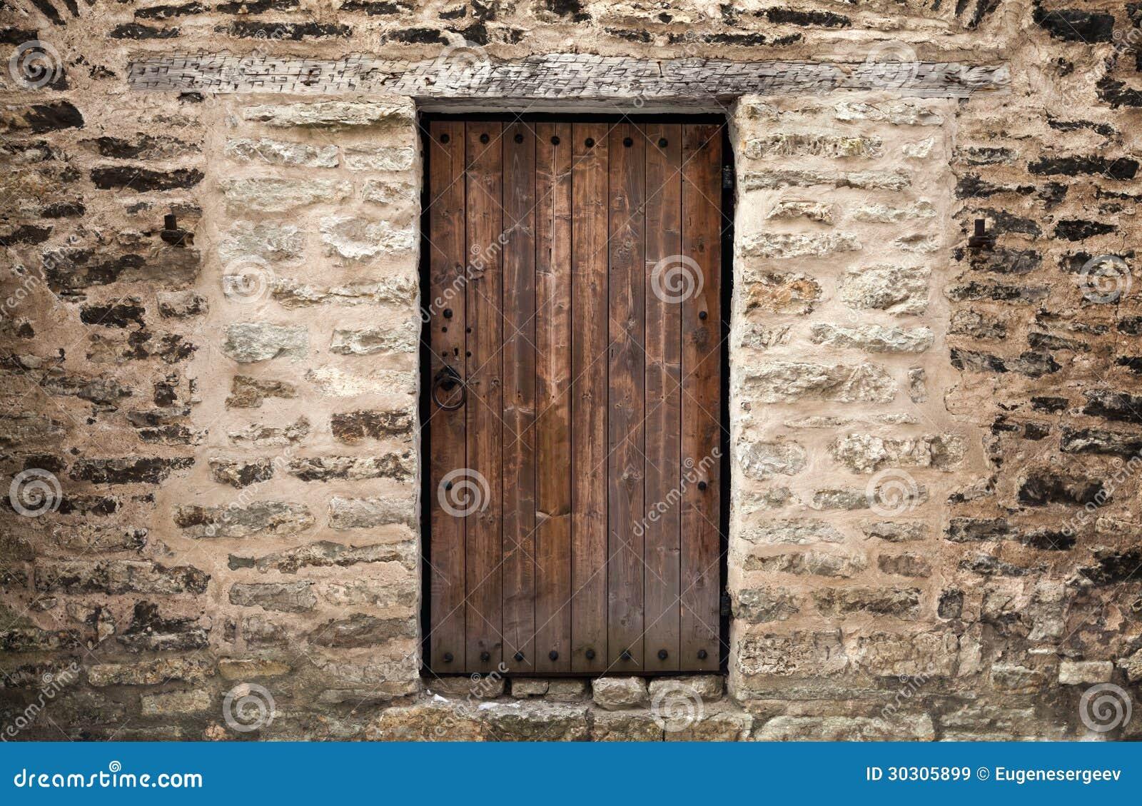 Puerta de madera antigua en la pared de piedra del - Puerta antigua de madera ...