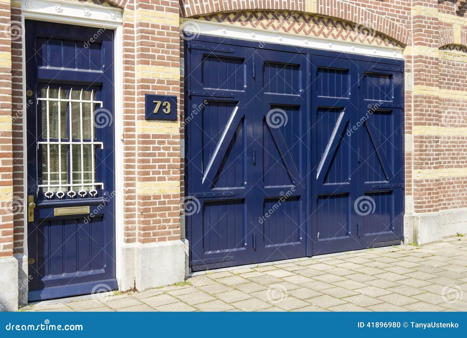 Puerta de madera azul antigua en la casa n mero 73 foto de for Puerta casa antigua