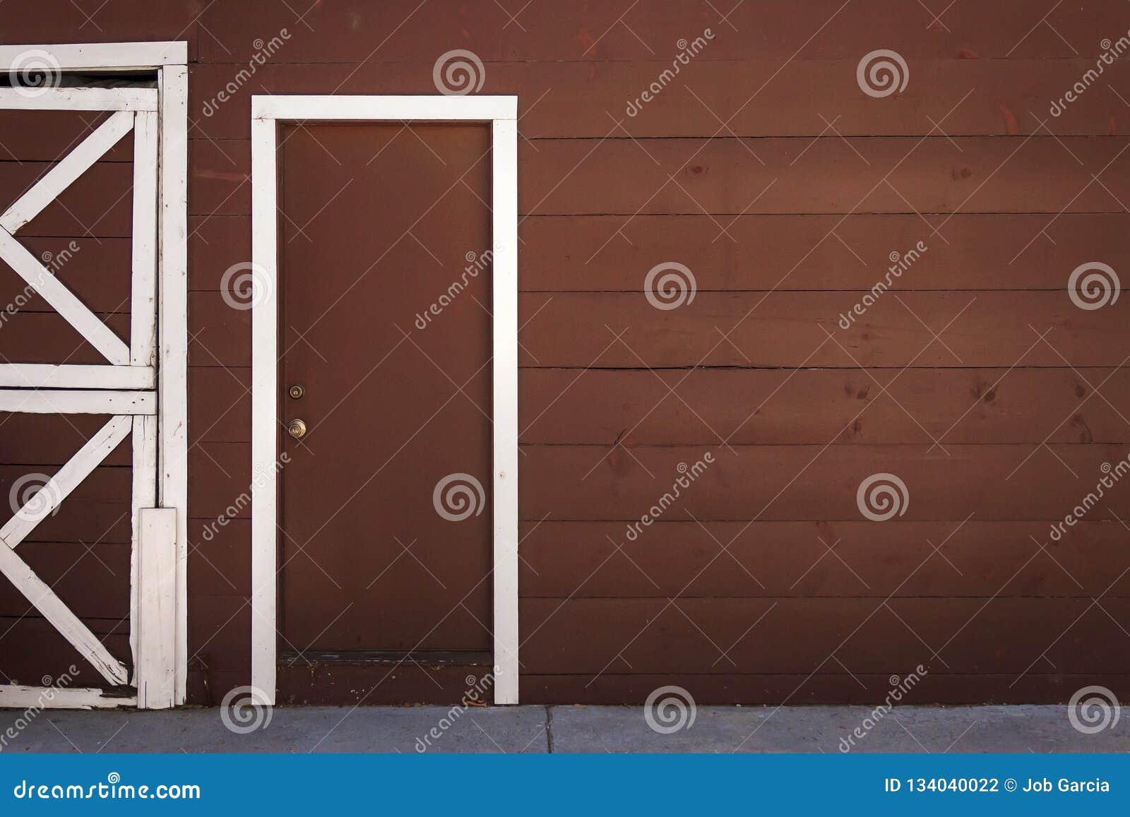 Puerta de madera de Brown con el marco blanco