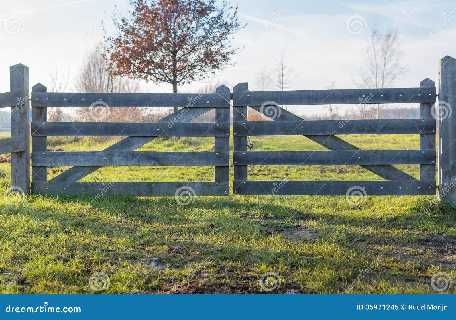 Puerta de madera cerrada en la estación del otoño