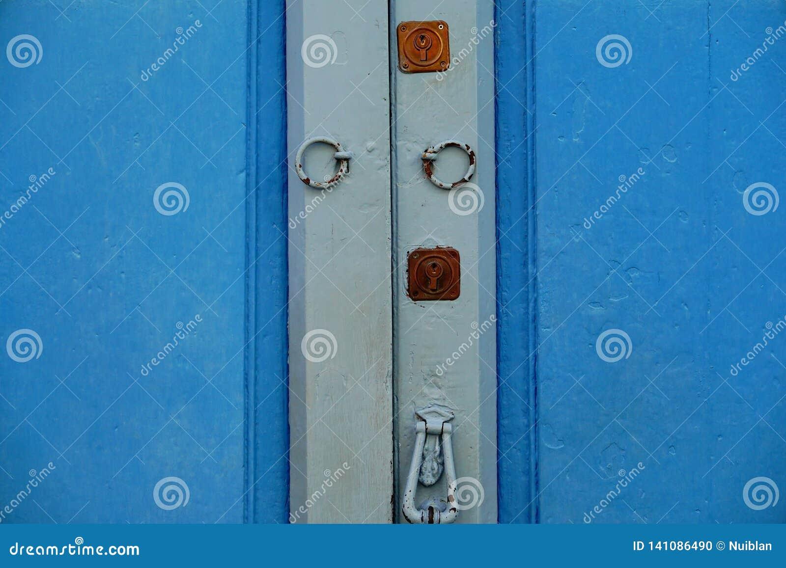 Puerta de madera con la cerradura y el golpeador