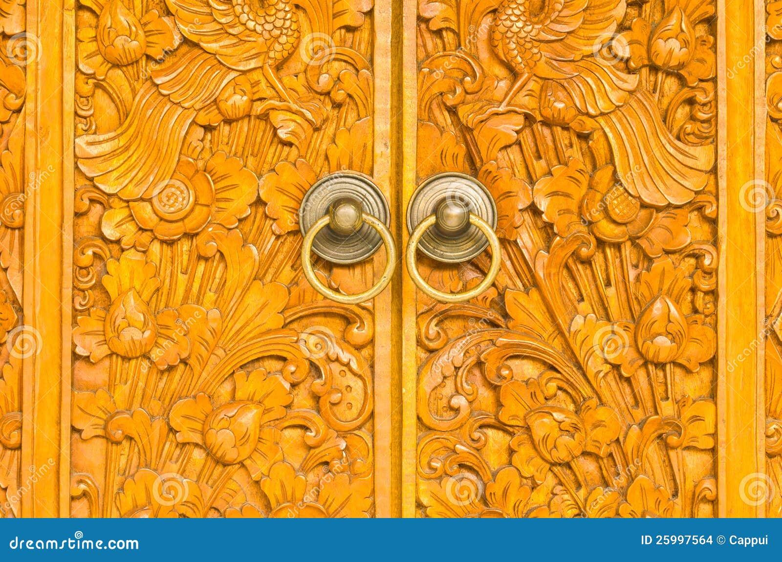 Puerta de madera de la casa de campo con el ornamento for Puertas de madera para casas de campo