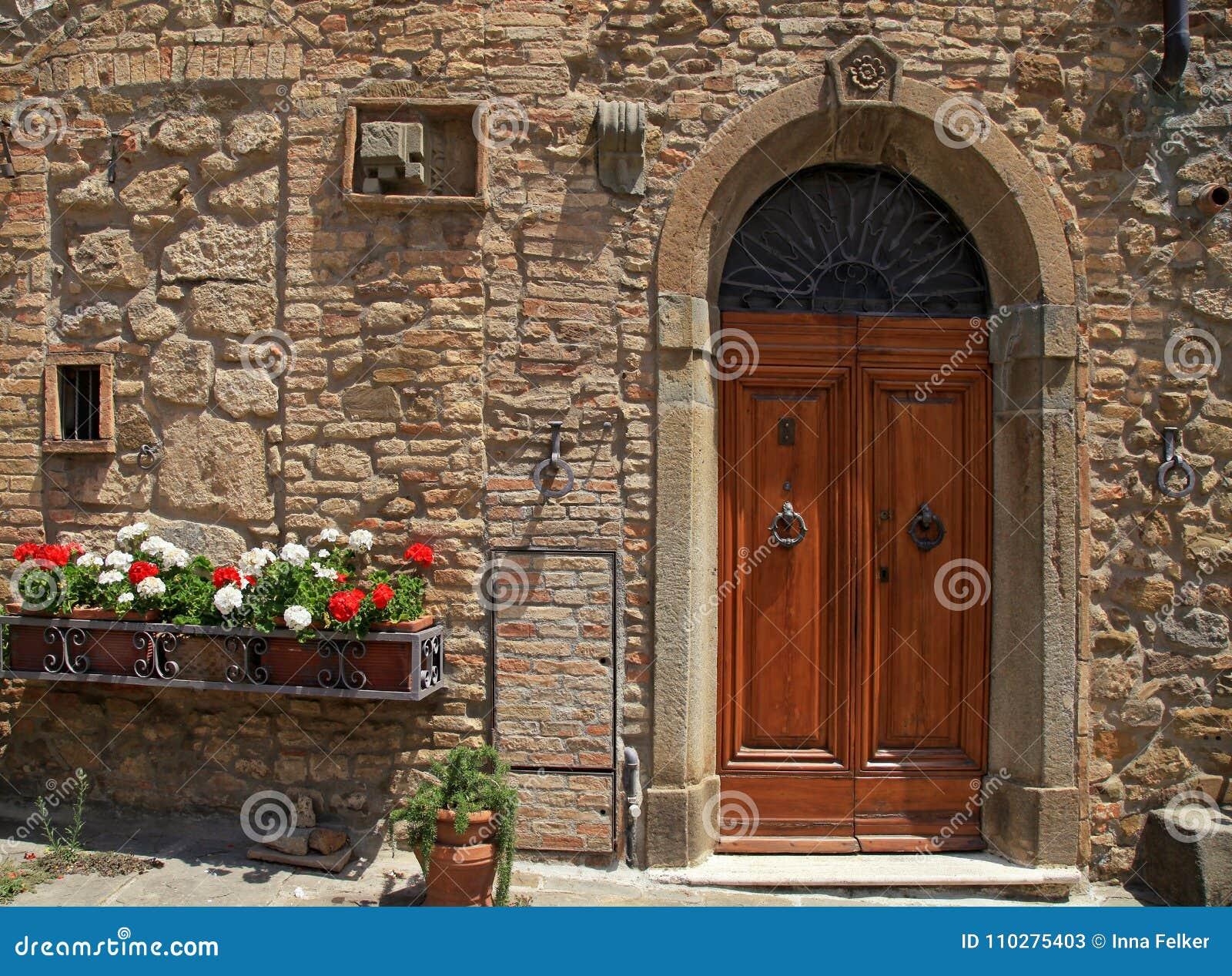 Puerta de madera en la casa italiana vieja toscana for La casa toscana tradizionale