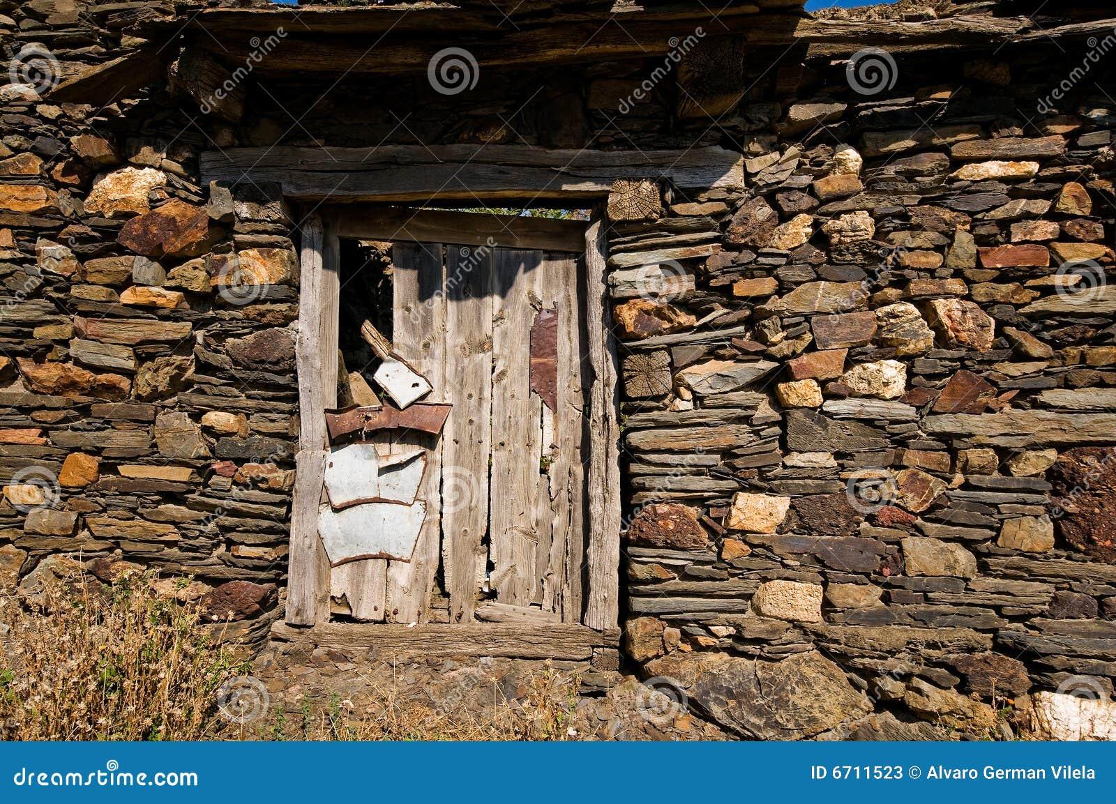 Puerta de madera envejecida en una casa antigua fotos de for Puertas para casas antiguas