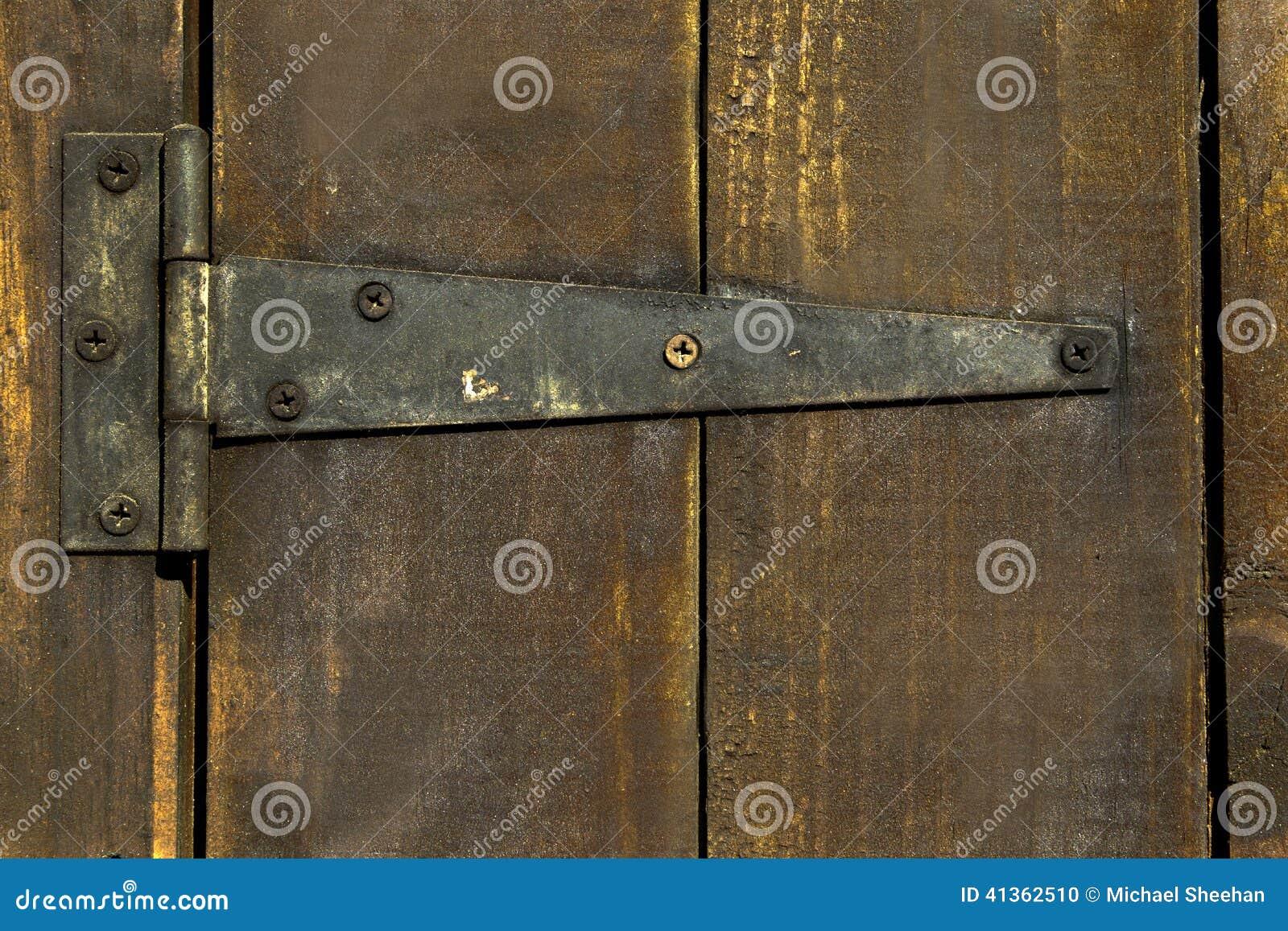 Puerta de madera vieja con la bisagra foto de archivo for Puerta vieja madera