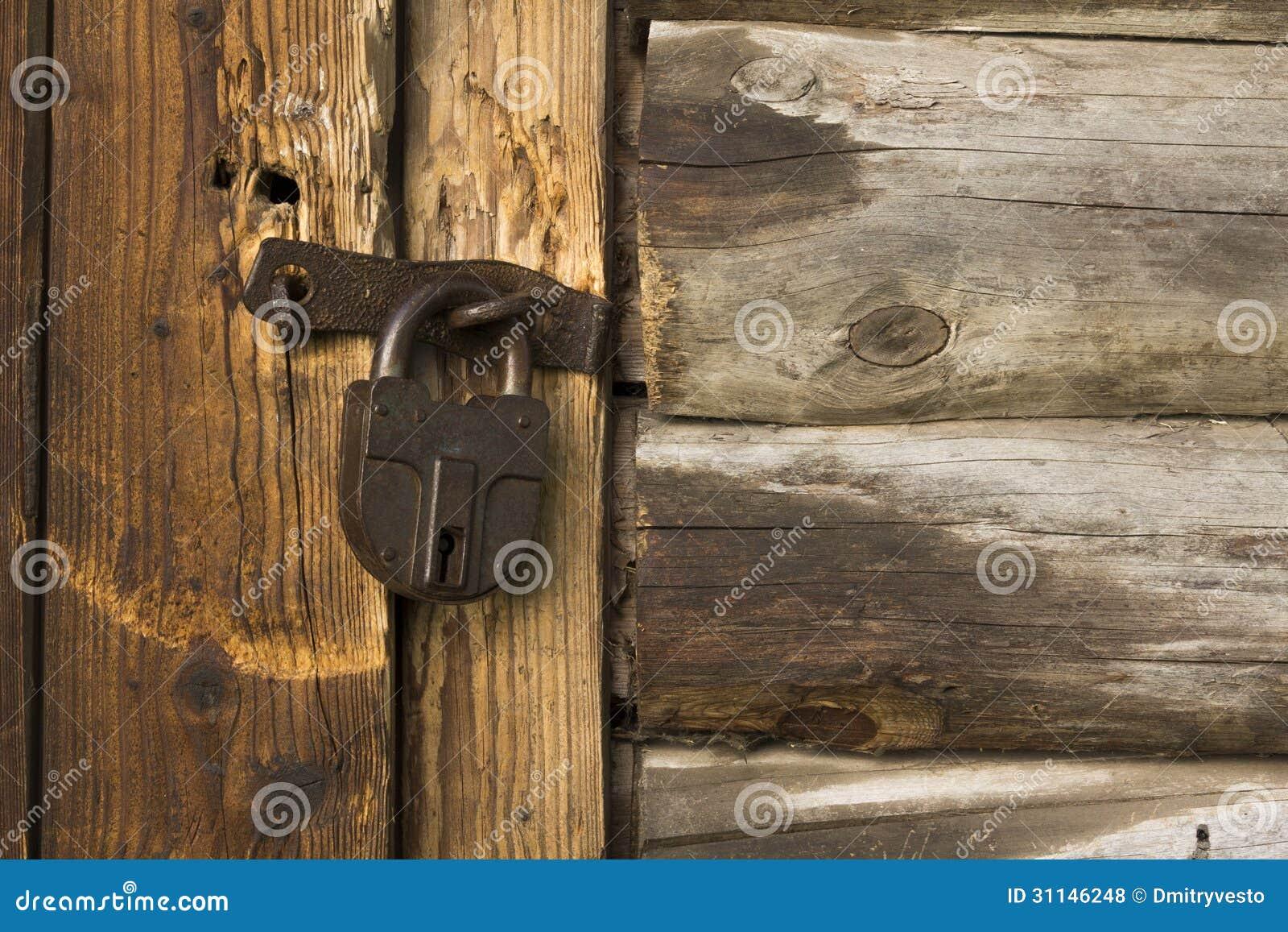 Puerta de madera vieja con la cerradura oxidada fotos de for Puerta vieja madera